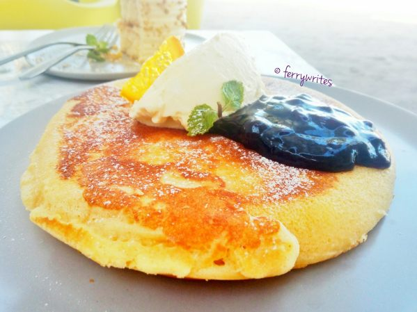 blueberries_and_cream_pancake_2_the_sunny_side_cafe_ferrywrites